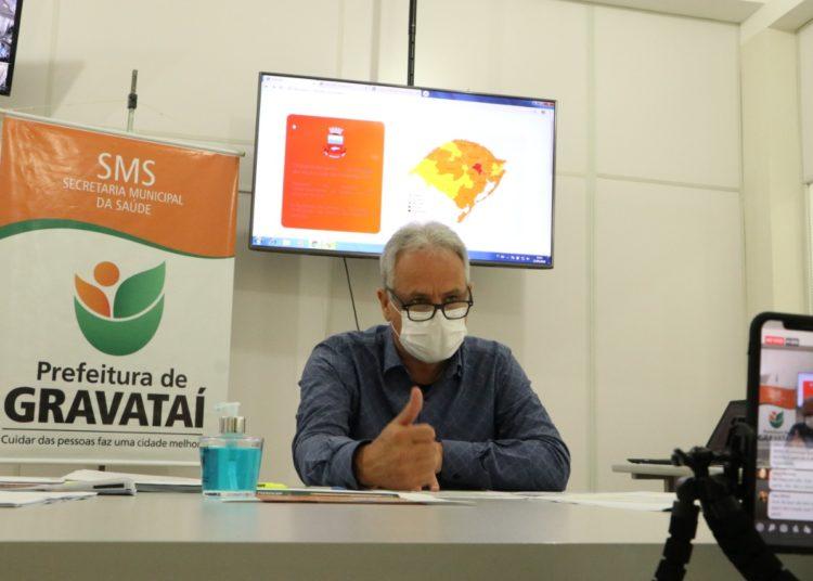 Prefeito Marco Alba anunciou durante live nesta quarta-feira, 13, transmitida da Secretaria de Saúde do Município, as principais determinações previstas no Decreto Municipal 17.934 — Foto: Prefeitura de Gravataí