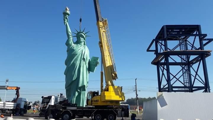 Réplica da Estátua da Liberdade chegou em Gravataí na tarde desta segunda, 18 de maio — Foto: Luciano Maneco