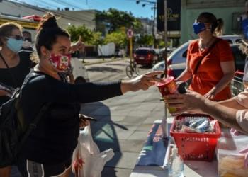 Desde a criação do Comitê da Solidariedade de Cachoeirinha, em março, já foram distribuídas mais de duas mil cestas básicas para famílias em situação de vulnerabilidade social — Foto: Larissa Ribeiro