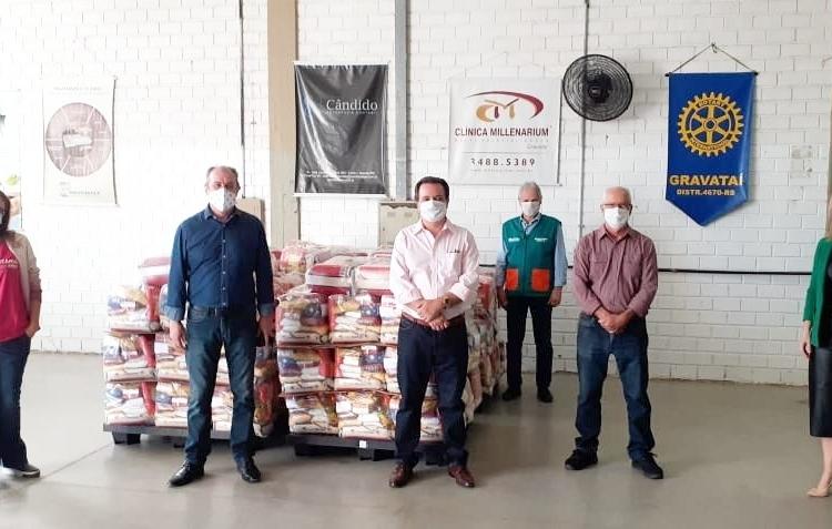 Além das cestas básicas, Instituto General Motors também entregou kits com produtos de limpeza ao Comitê de Solidariedade ao Enfrentamento do Coronavírus — Foto: Prefeitura de Gravataí