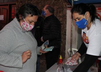 Em frente ao Vancosty, ação distribuiu máscaras para quem fez a doação de alimentos: todos saíram ganhando — Foto: Rafael Trajano