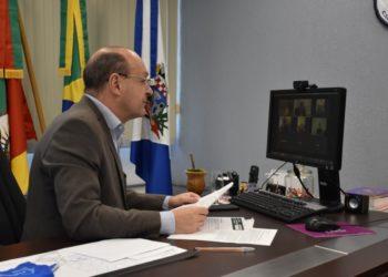 Prefeito de Cachoeirinha, Miki Breier, realizou uma coletiva por videoconferência para atualizar a imprensa sobre as medidas adotadas pelo governo municipal no combate ao coronavírus — Foto: Prefeitura de Cachoeirinha