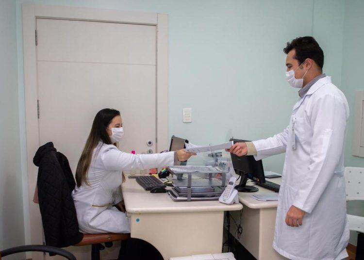 Serviço realizado no HU auxilia na identificação, acompanhamento e investigação de enfermidades e agravos no município, como infecções sexualmente transmissíveis e síndromes respiratórias graves— Foto: Divulgação/PMC
