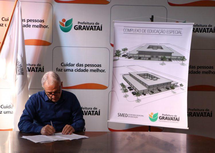Prefeito assinou a ordem de início da obra do Complexo de Educação Especial Irmã Soledade — Douglas Glier Schutz/PMG