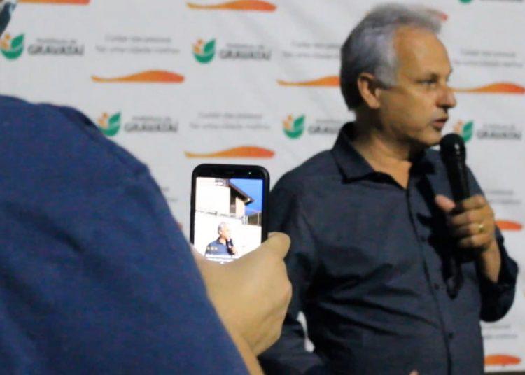 Prefeito Marco Alba, durante inauguração da praça Ulmerindo Albino Ferreira — Foto: Rafael Trajano/Vale Notícia