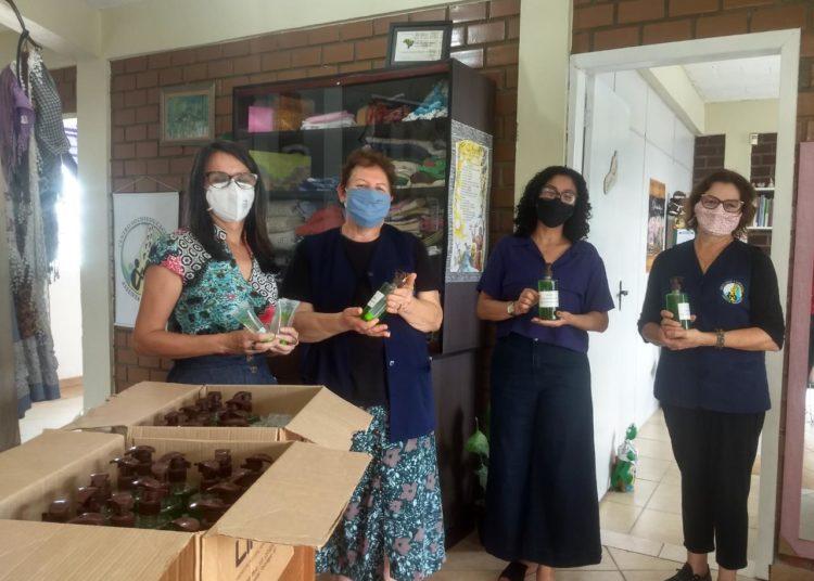 Kits doados pelo laboratório Lifar são entregues a entidades assistenciais de Canoas — Foto: Coordenadoria da Igualdade Racial/Divulgação