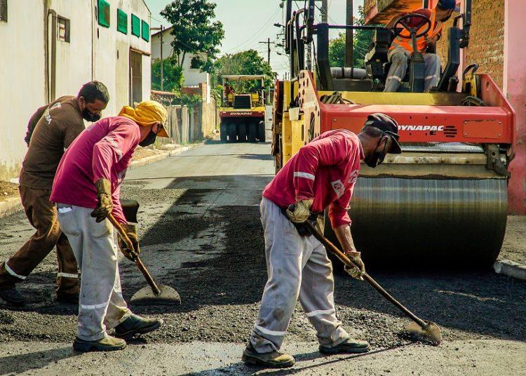 Asfalto nas ruas do Guajuviras. Primeiro contrato de um programa para pavimentar 100% das ruas da Cidade — Foto: Tony Capellão/Ecom-PMC