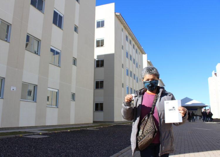 Com a chave na mão, dona Araci já está de malas prontas para dar adeus ao aluguel — Foto: Rafael Trajano/Vale Notícia