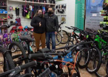 Rosi Pereira, com seu sócio Felipe Ayres, da Cia do Ciclista — Foto: Rafael Trajano
