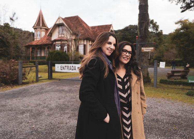 Felícia (Marina Pizatto) e Sandra (Janaína Barbosa), em gravação no Castelinho do Caracol — Foto: Victor Lucas/Suprema Filmes