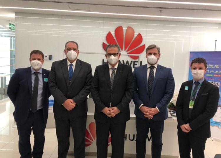 Prefeito Jairo Jorge, acompanhado pelos secretários Felipe Martini e Régis Júnior, conheceu a sede da empresa chinesa Huawei no Brasil — Foto: Divulgação/PMC