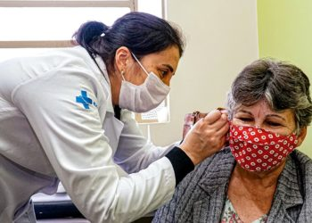 Claci Alves, 69 anos, é adepta da auriculoterapia há cinco anos — Foto: Tony Capellão/PMC