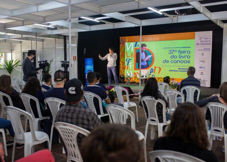 Na terça, bate-papo foi com o jornalista e escritor Eduardo Bueno, o Peninha — Foto: Alisson Moura/PMC
